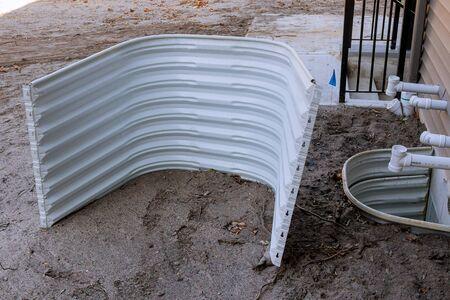 Ventana bien en la construcción del sótano de materiales de construcción de ventanas. Foto de archivo