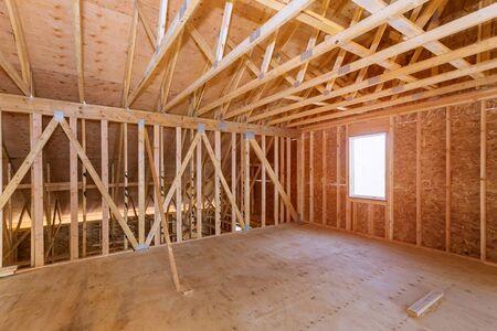 Grenier inachevé d'une maison privée maison de construction résidentielle cadrage contre
