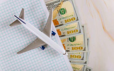 旅行,规划笔记本与飞机,假日旅游美元钞票与飞机
