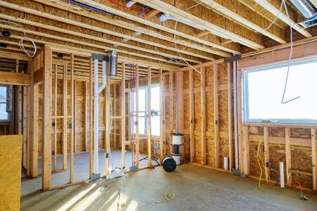 Intérieur avec poutre de charpente en bois de nouvelle maison en construction