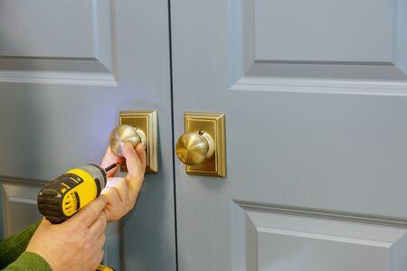 Instale la perilla de la puerta con un destornillador en la habitación.