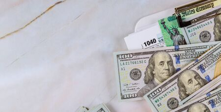 Economic stimulus tax return check and US 100 dollar bills currency Banque d'images