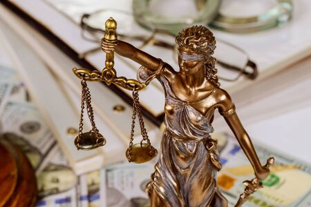 Statue of the lady of justice scales with a file folder with Law documents contracts Standard-Bild