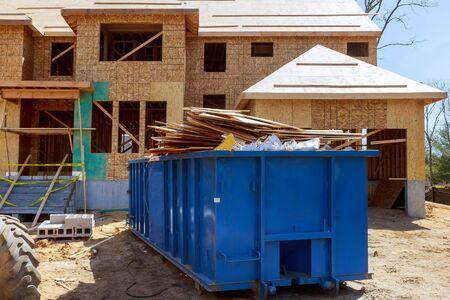 Camion chargeant un conteneur de recyclage complet des bennes à ordures étant avec des ordures ménagères