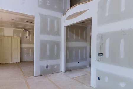 Laid plastering gypsum on the walls and ceiling of a newly built house to drywall seams