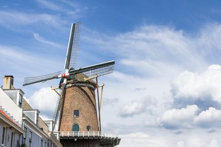 Oude molen bij de stadspoort van Wijk bij Duurstede in Nederland Stockfoto - 25717097
