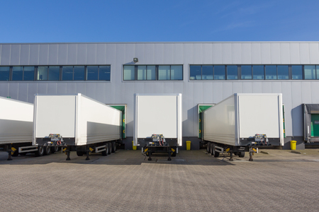 Trailers une station d'accueil d'un centre de distribution en attente d'être chargés