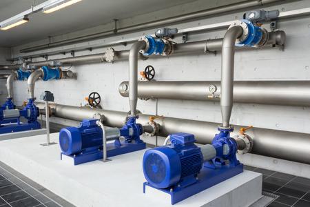 bomba de agua: Bombas de agua modernos en una planta de agua en la estación de Dinamarca Foto de archivo