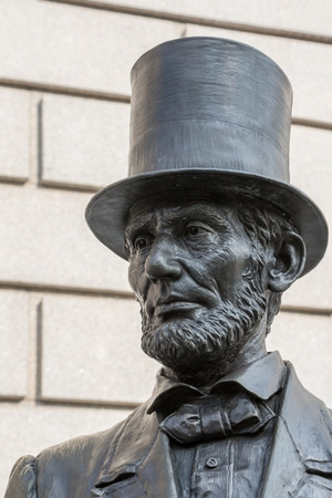 abraham lincoln: Bronze sculpture of Abraham Lincoln on the stairs in front of a museum in Manhattan, New York.