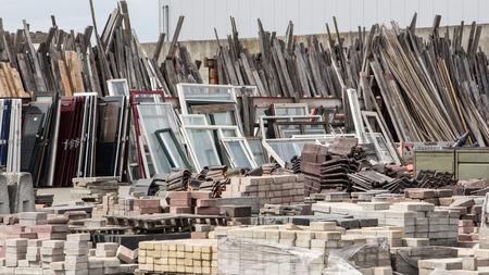 Herbruikbaar afval van oude huizen en gebouwen Stockfoto
