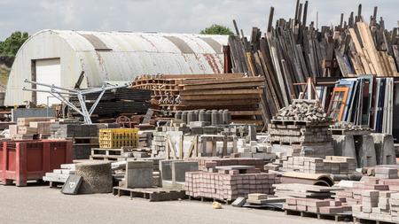 Herbruikbaar afval van oude huizen en gebouwen Stockfoto - 42918981