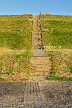tortillera: Escaleras para cruzar un dique protecci�n de la tierra baja en los Pa�ses Bajos Foto de archivo