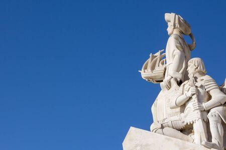 descubridor: Monumento a los Descubrimientos, Lisboa, Portugal. Monumento construido para la exposici�n universal portugu�s de 1940, como un recuerdo de los descubrimientos realizados por Portugal y Vasco da Gama Foto de archivo