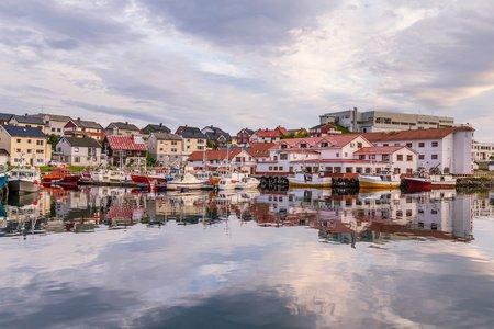 Port of Honningsvag in Finnmark Noorwegen: basis voor de cruiseschepen en toeristische als uitgangspunt voor hun reis naar de Noordkaap