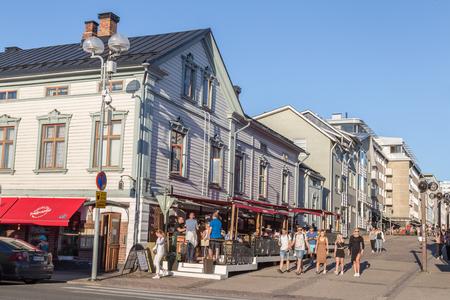 Oulu, Finland - 21 juli 2016: De mensen in het centrum van OULU Finalnd genieten van een uitzonderlijk zonnige en warme avond.