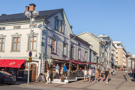 OULU, FINLAND - JULY 21, 2016:  People in the centre of OULU Finalnd enjoying an exceptional sunny and hot evening. 新聞圖片