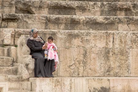 Amman, Jordanië - 3 mei 2016: Jonge Arabische vrouw met een selfie om haar dochtertje