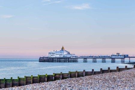 イギリス、イーストボーンの日没時に桟橋 写真素材