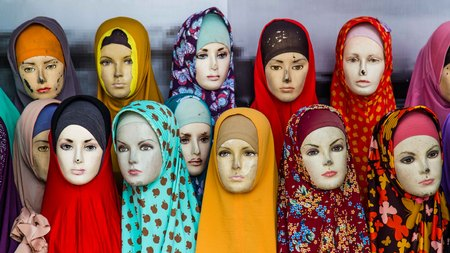 Vrouwelijke mannequins met kleurrijke hoofddoeken