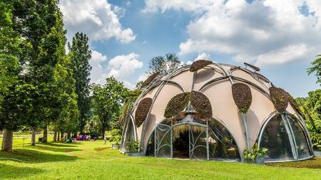 Ecodome in botanische tuinen Kebun Raya in Bogor, West-Java, Indonesië. Een geschenk van de Nederlandse regering. Stockfoto - 91849278