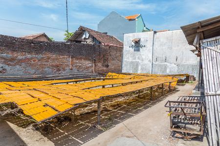 Colorful Indonesia Krupuk dyring in the sun Stockfoto