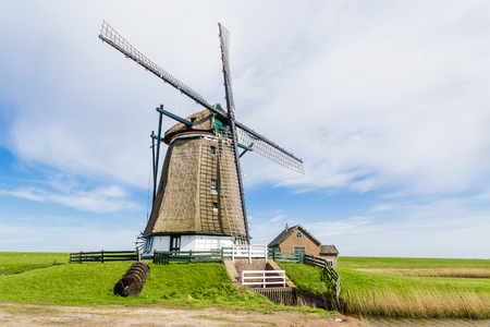 Niederländische Windmühle Het Noorden auf der Watteninsel Texel in den Niederlanden.