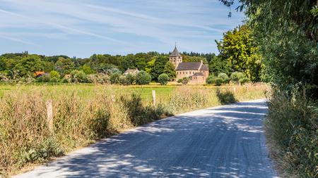 Niederländische Landschaft mit einer alten römischen Kirche und einer Straße in Oosterbeek in den Niederlanden