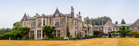 Vecchia casa padronale tradizionale sulla campagna del Galles, Regno Unito Archivio Fotografico
