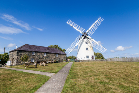 Mulino a vento Melin Llynon, Llanddeusant Holyhead su Anglesey, Galles del Nord Regno Unito Archivio Fotografico