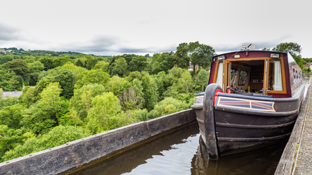 A boat passing the Pontcysyllte Aqueduct (the highest in the world) near Llangollen in Wales, UK Standard-Bild - 108649942