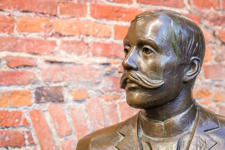 Tartu, Estonia - September 27, 2018: Bronze Sculpture of  Eduard Vilde near Kekskpark in the center of Tartu in Estonia Redactioneel