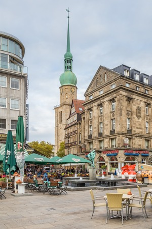 Dortmund, North Rhine Westphalia, Germany - October 18, 2018: Alten Markt in the old city center in  Dortmund Germany with the famous Reinoldi church in the background Stockfoto - 111431637