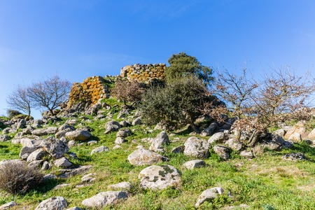 Remains of nuraghe or fortress from the bronze age at Archeological site of Tamuli, Sardinia island, Italy Stockfoto