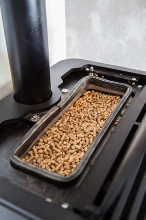 Serbatoio di pellet di una moderna stufa a pellet domestica sostenibile. La bruciatura dei pellet è molto sostenibile ed efficace.