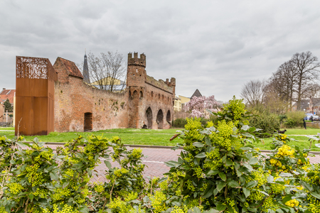 Ancient city wall and entrance to the city center of  Zutphen, a medieval city along the river IJssel in Gelderland in the Netherlands Banque d'images - 121646880