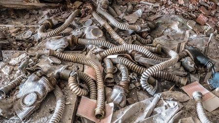 Old gas masks in abandoned school in Chernobyl Exclusion Zone in Belarus. Stockfoto