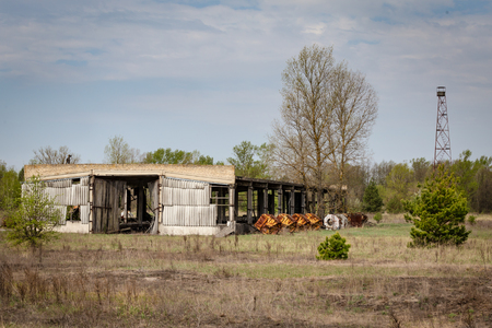 Collapsed farm stable and watchtower in Belarus Chernobyl exclusion zone, Stockfoto