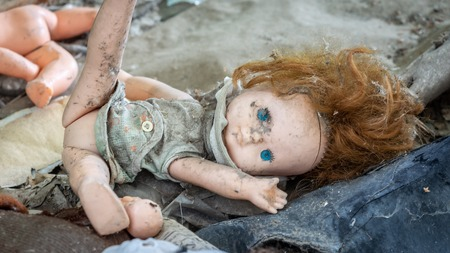 Dirty old doll in an abandoned house in Chernobyl exclusion zone in Belarus Stockfoto
