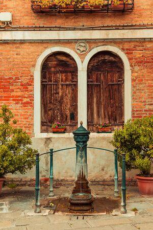 Anceint venetian water pump on Murano island. Stockfoto