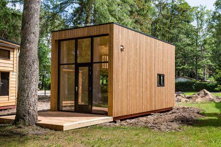 Beekbergen, Países Bajos, 21 de junio de 2019: pequeña casa de madera en construcción. Una nueva forma de filosofía de vida para reducir la huella ecológica Editorial