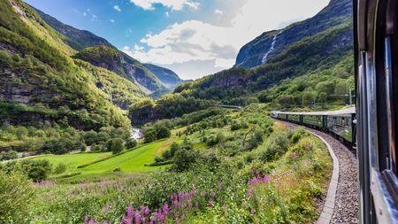 Uitzicht vanaf de mooiste treinreis Flamsbana tussen Flam en Myrdal in Aurland in West-Noorwegen Stockfoto