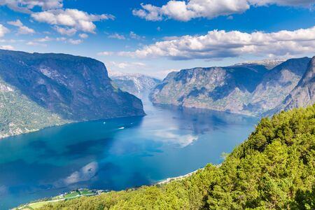 View from viewpoint Stegastein on Aurlandsfjord in Aurland along the National Scenic route Aurlandsfjellet between Aurland and Laerdal in Norway Banque d'images - 129571855