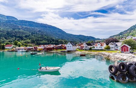 View at Solvorn, a picturesque little village with white wooden houses along Lustrafjorden on a summer day in Sogn og Fjordane county in Norway. Banque d'images - 129572012