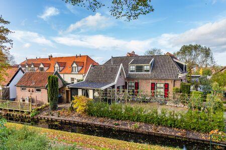 Piccole case olandesi tradizionali della diga in Hattem, Overijssel nei Paesi Bassi Archivio Fotografico