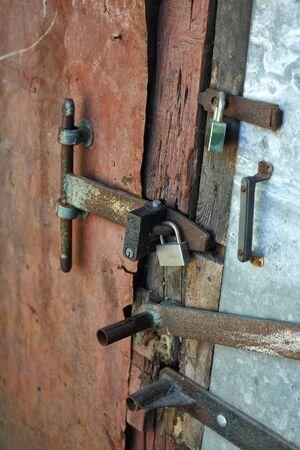 puertas antiguas: Las puertas viejas se cierran en un juego de esclusas