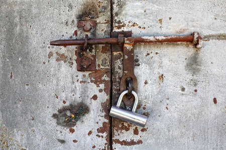 reliably: Old doors are closed on the lock