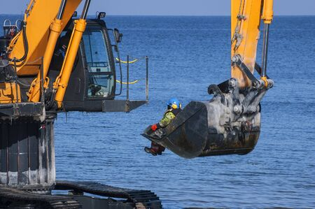 occupational: OCCUPATIONAL SAFETY - EXCAVATOR IN WATER
