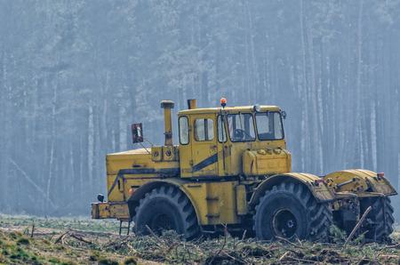 와일드에서의 차량 - 임업 용 기계 스톡 콘텐츠
