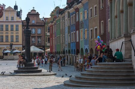provincial tourist area: POZNAN, GREATER POLAND  POLAND: Holiday tourists on the Town Hall Square