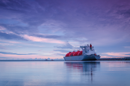 LNG 선? 해상 가스 터미널 위의 일출 스톡 콘텐츠